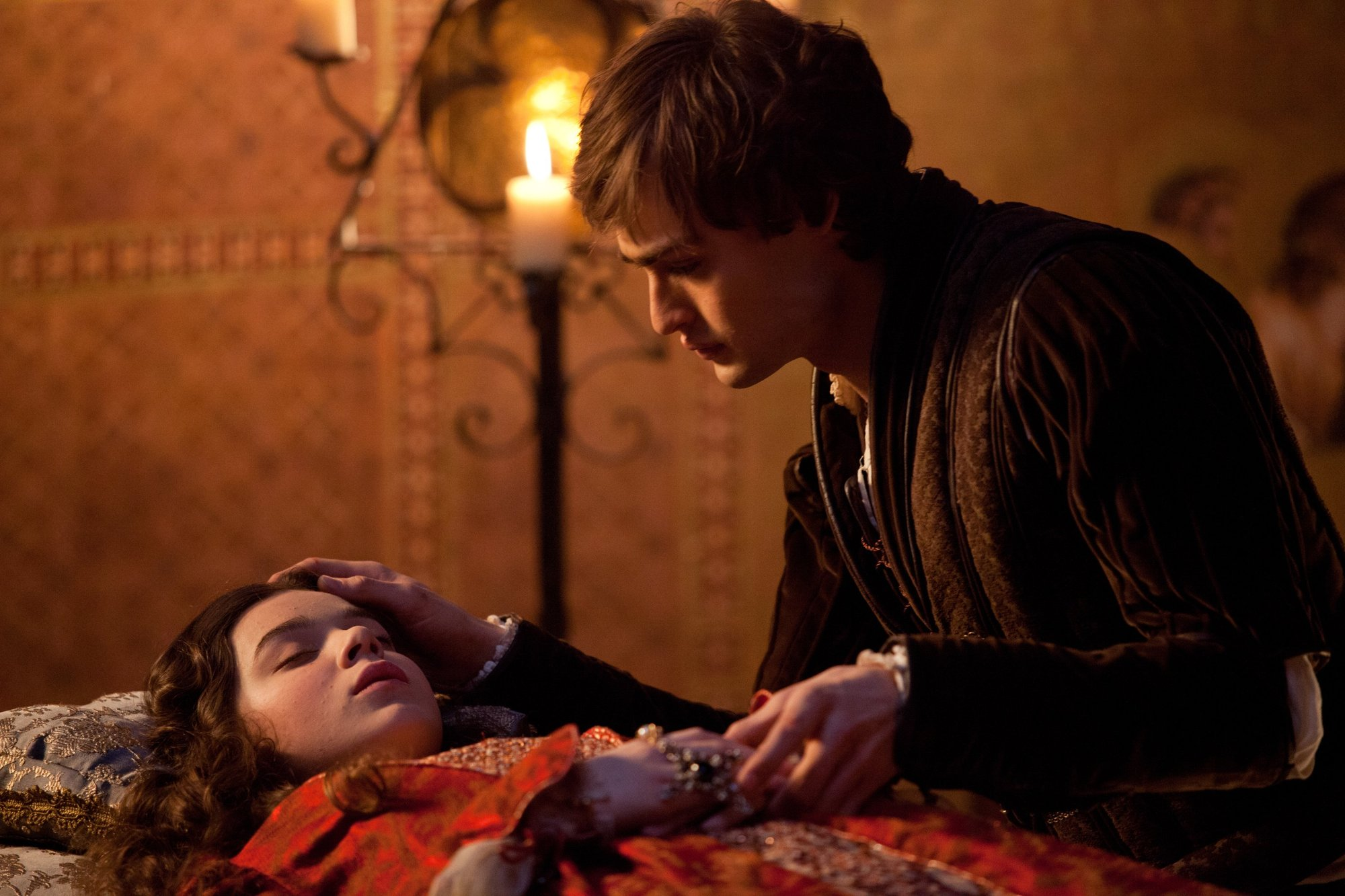 romeo and juliet movie vs book essays The romeo & juliet movie and play the following essay will explain some similarities and differences between the 1968 movie rendition of romeo & juliet and the play written by william shakespeare.